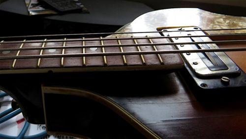 - Auch die vermoderte Elektronik schaltete nichts mehr, aber ich fand eine passende neuwertige in einem Oldie-Gitarren-Shop. Die Saitenlage war abartig, aber der Halsstab funktionierte nach gutem Zureden mit dem passenden Einstellwerkzeug so, dass eine passable Saitenlage möglich wurde.