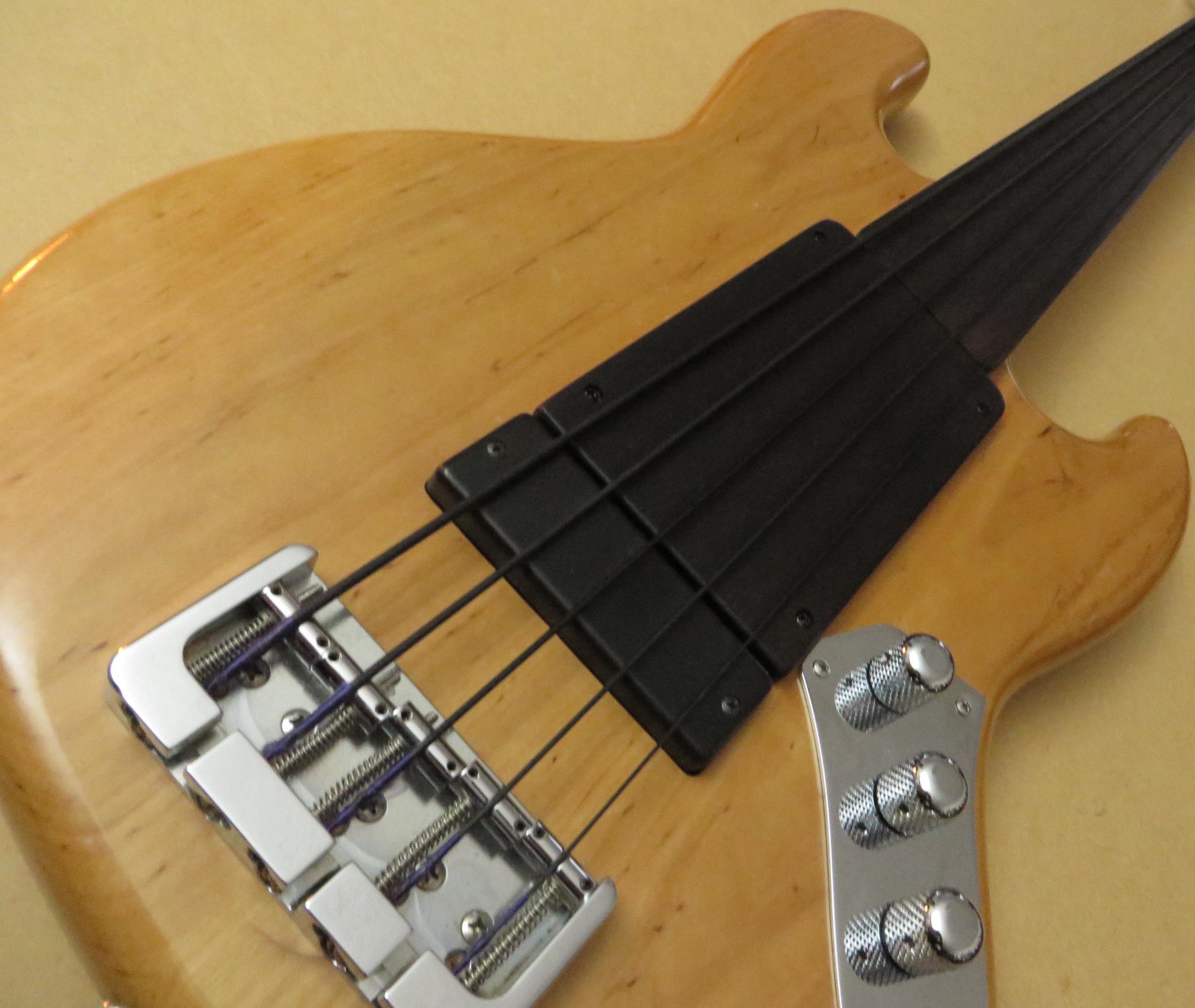 - Es kam eine neue passive Klangregelung rein, auch wieder mit Push-Pull für die Funktion Single-Coil-Humbucker auf dem Bridge Pickup. Der zusätzliche unsichtbar montierte Neck Humbucker bringt einen Preci-Sound ins Bild. Die schwarzen Nylon-Flats von Pyramid geben dem Bass einen sehr authentischen Kontrabass-Klang. Yup! Der hat jetzt alles, was man in einer Big Band so braucht.