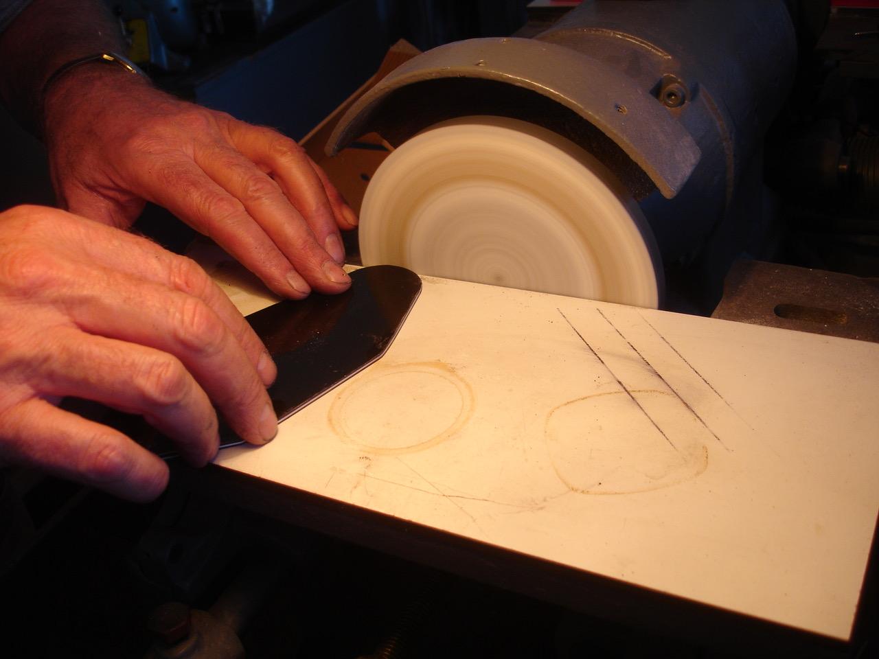 - Anhand der Schablone kann dann ein Deckel aus Pickguard-Material gefertigt und für den richtigen Sitz genau angepasst werden.