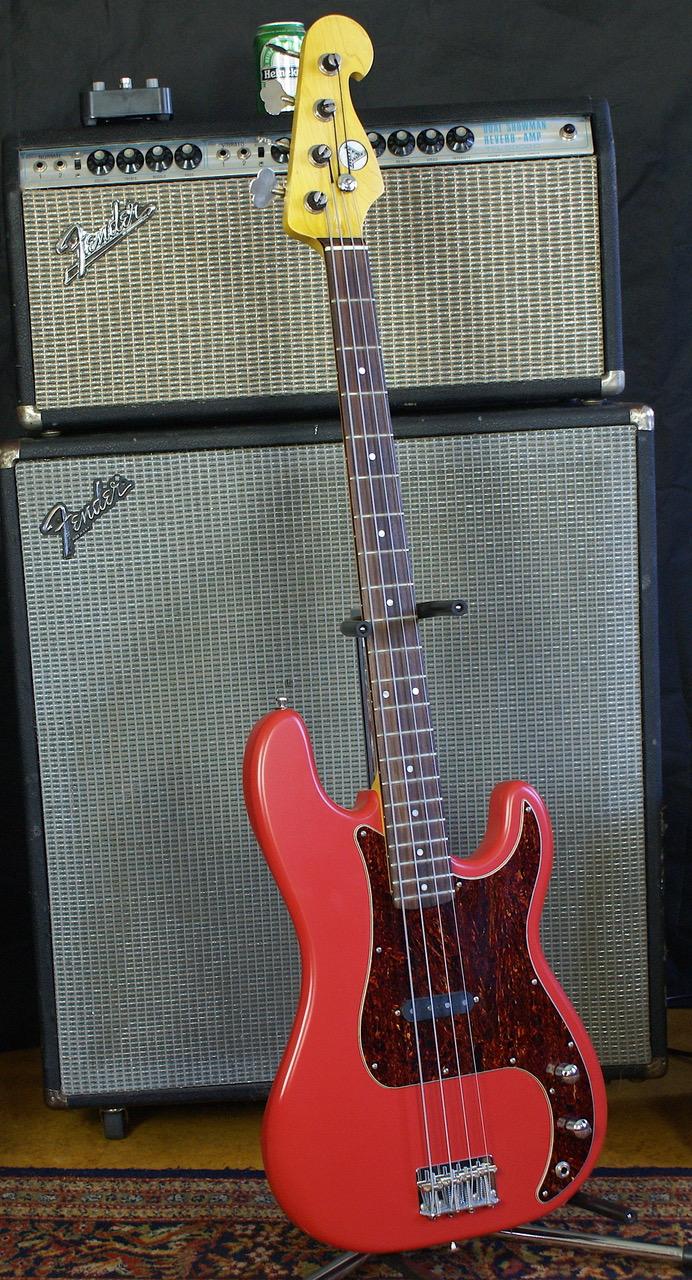 - Einzelstück, das Beste beider Welten:1957 P-Bass specs mit 1951-style Single Coil P-Pickup, handgewickelt von unserem Experten. Der Bass bietet den 51er Sound mit 1957er Handling.