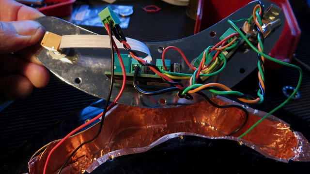 - Das E-Fach wird mit Kupferfolie ausgekleidet, damit Störgeräusche keine Chance haben. Dann montiere ich die East MMSR 3K 3Band direkt auf die vorhandene Reglerplatte. Lautstärke, Bässe, Höhen, genau wie bei der MM Klangregelung von 1979, der besten, die es je gab.