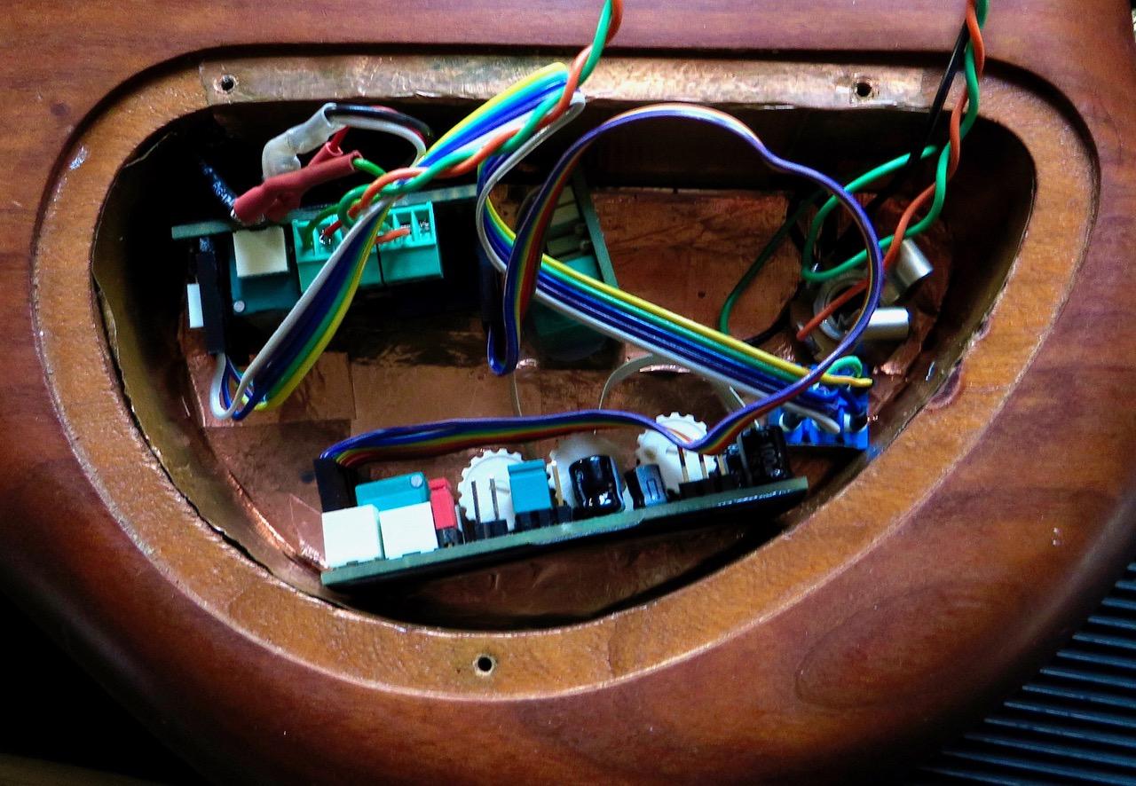 - Es muss nur ein kleines Loch für den Aktiv-Passiv-Schalter gebohrt werden. Danach ist klar, die Batterie muss ausgelagert werden, sonst gibt das Probleme beim Batteriewechsel. Es ist alles zu eng, und die Kabel werden zu stark abgeknickt.