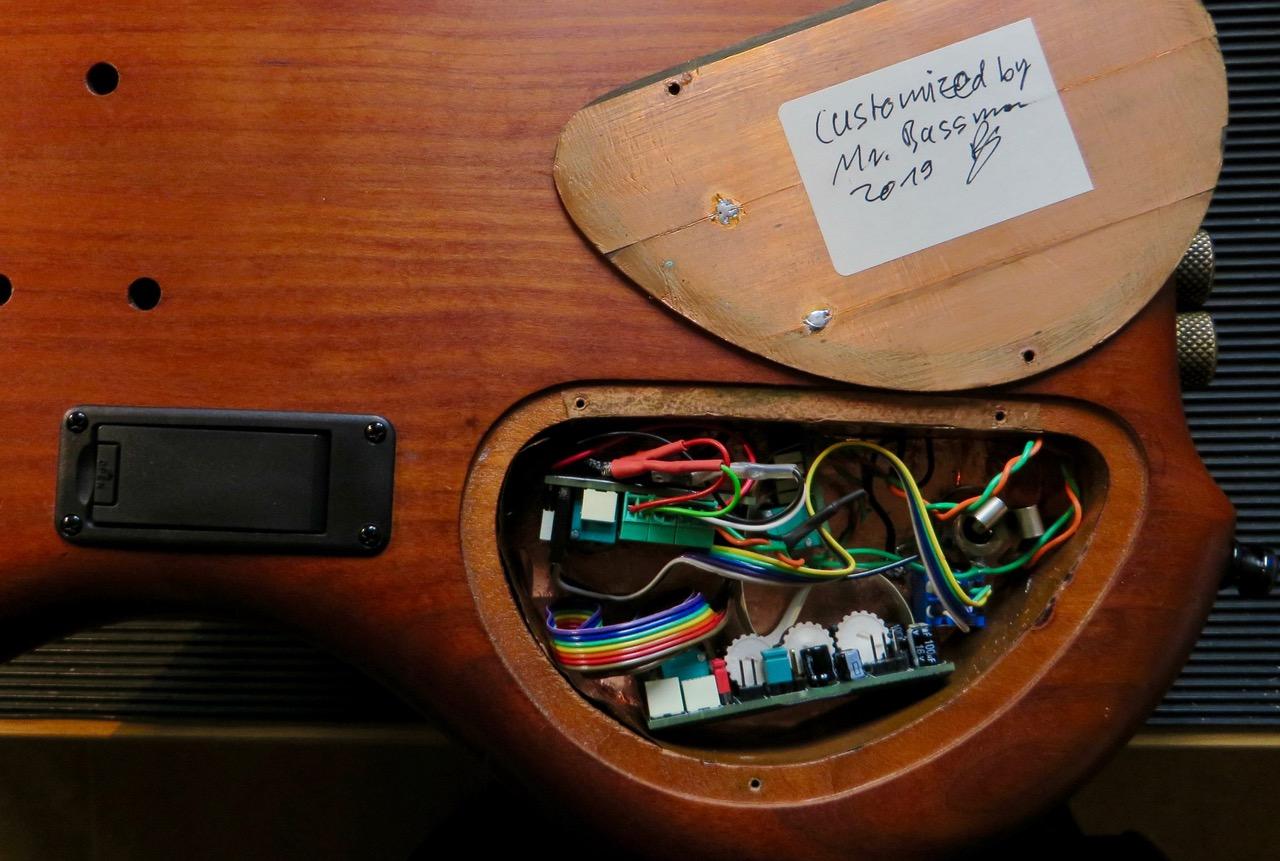 """- Fertig! So sieht das jetzt aus. Die drei Rädchen ermöglichen die Feineinstellung für die Wirkungsweise des Bassreglers für den oberen und unteren Bereich des Bassspektrums. Der Höhenregler kann intern auf den gewünschten Frequenzbereich eingestellt werden und verfügt über eine """"Pull-Bright"""" Funktion. Unter anderem."""