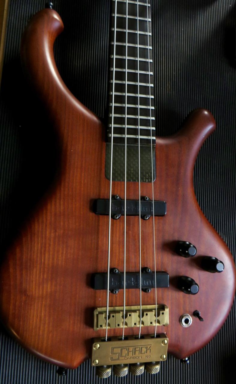 - Die drei Doppelpotis machen Volume, Pan, Bass und Höhen, und parametrische Mitten. Das heisst: Dieser Bass knallt, drückt, funkt, singt, brettert, bollert, rockt und rollt! Für jeden etwas!