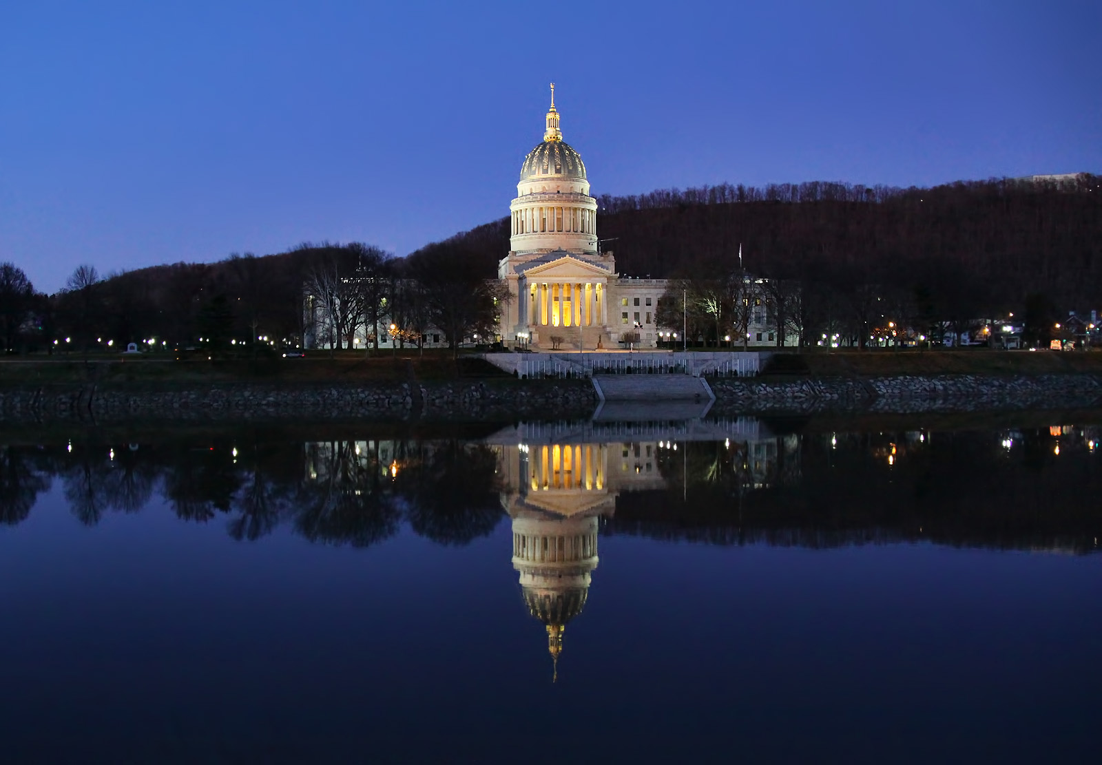 The_West_Virginia_State_Capitol_Building_in_Charleston,_WV.jpg
