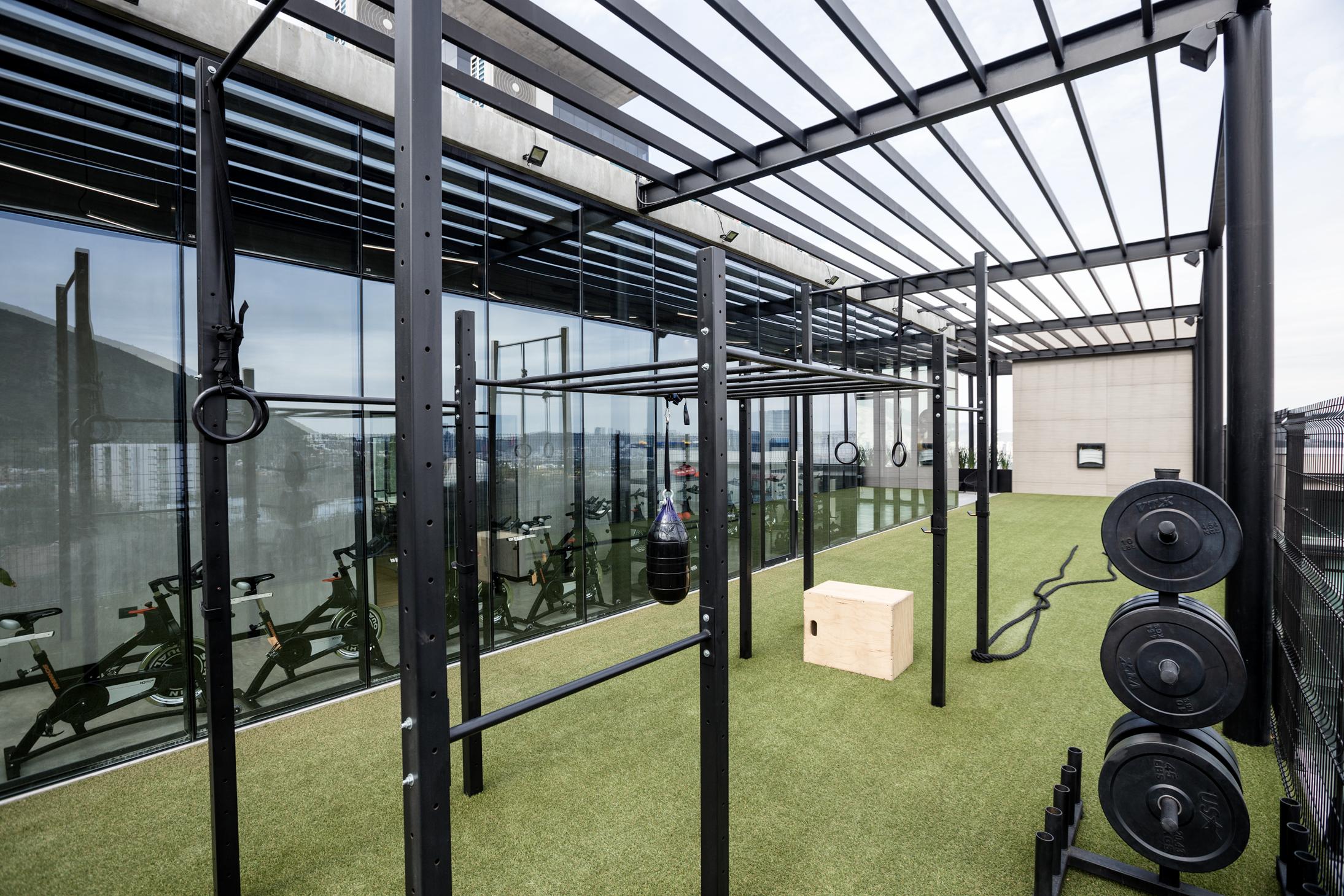Terraza panorámica con equipo para entrenamiento funcional.