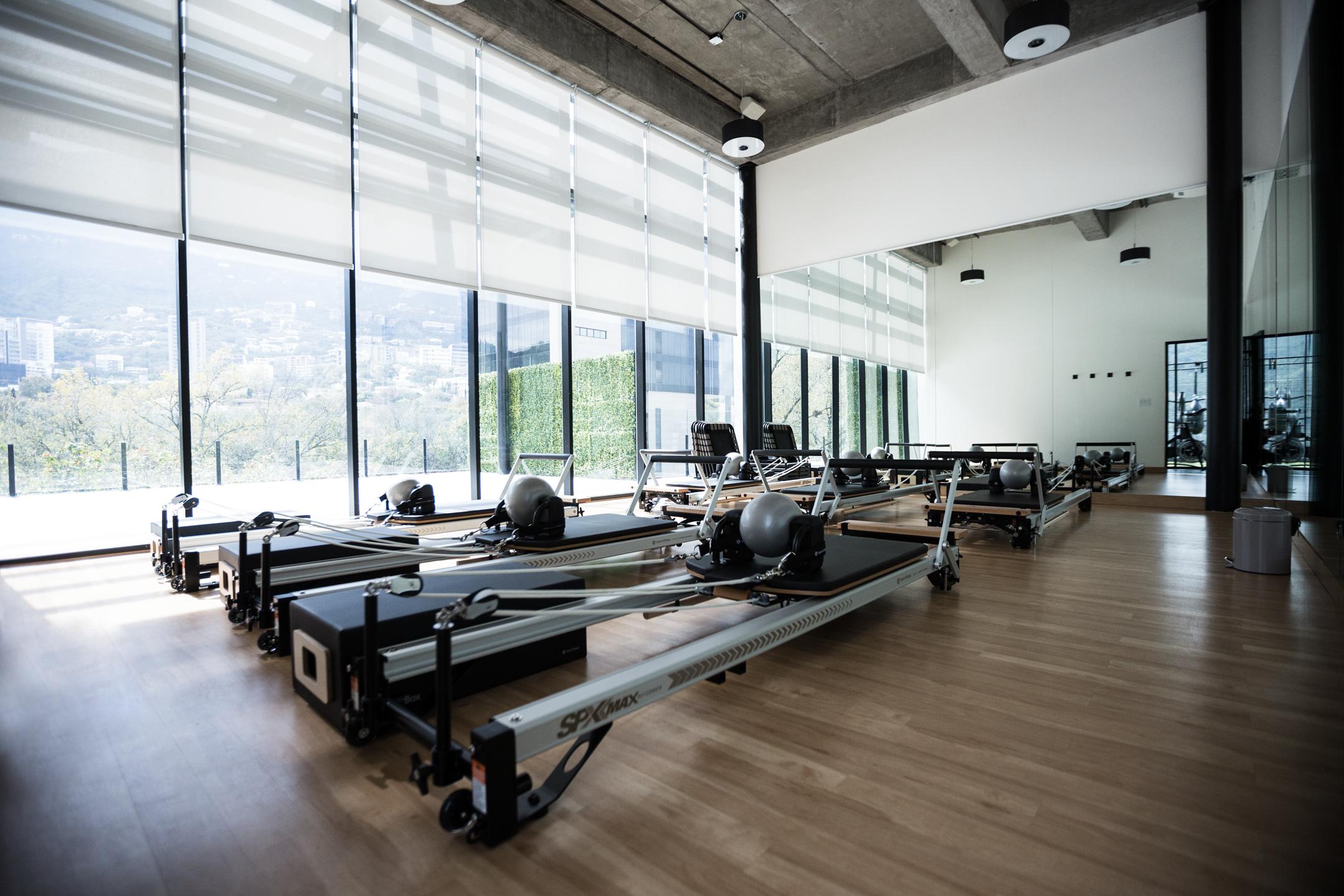 Salón de Pilates Reformer con camas Stott Pilates.
