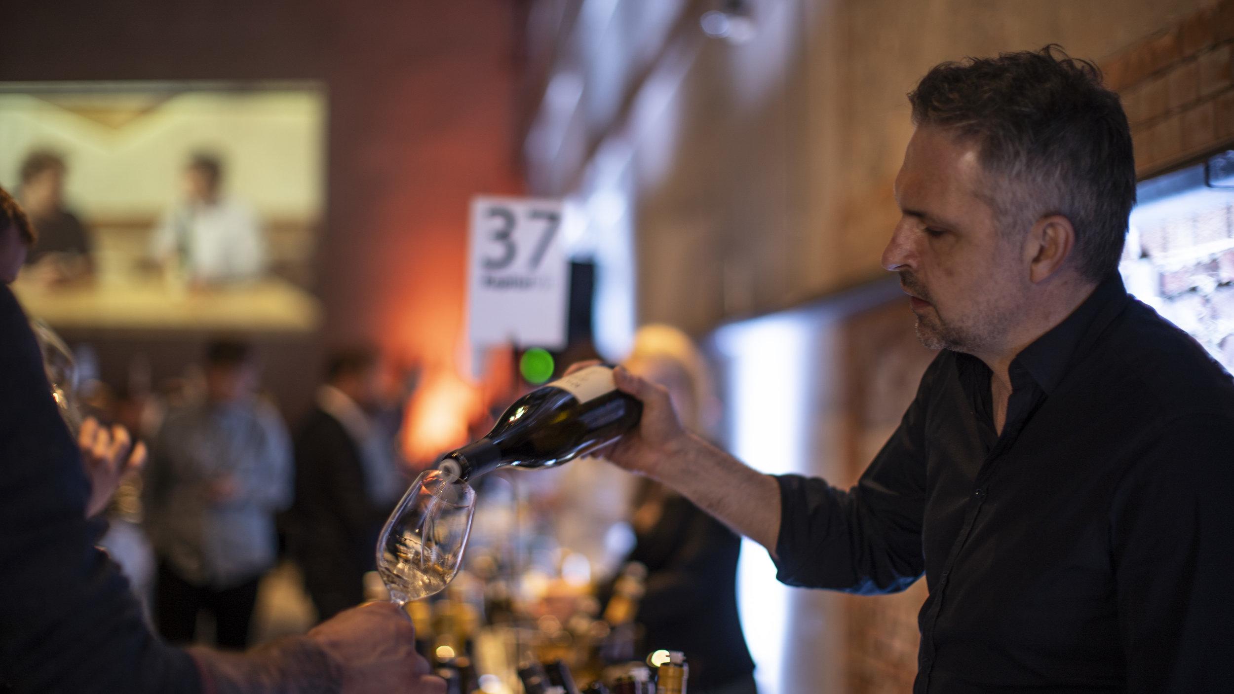 Martin Paulsen fra Autenico skjenket vin til en av de 600 gjestene som var tilstede under ToppHvitt 2018