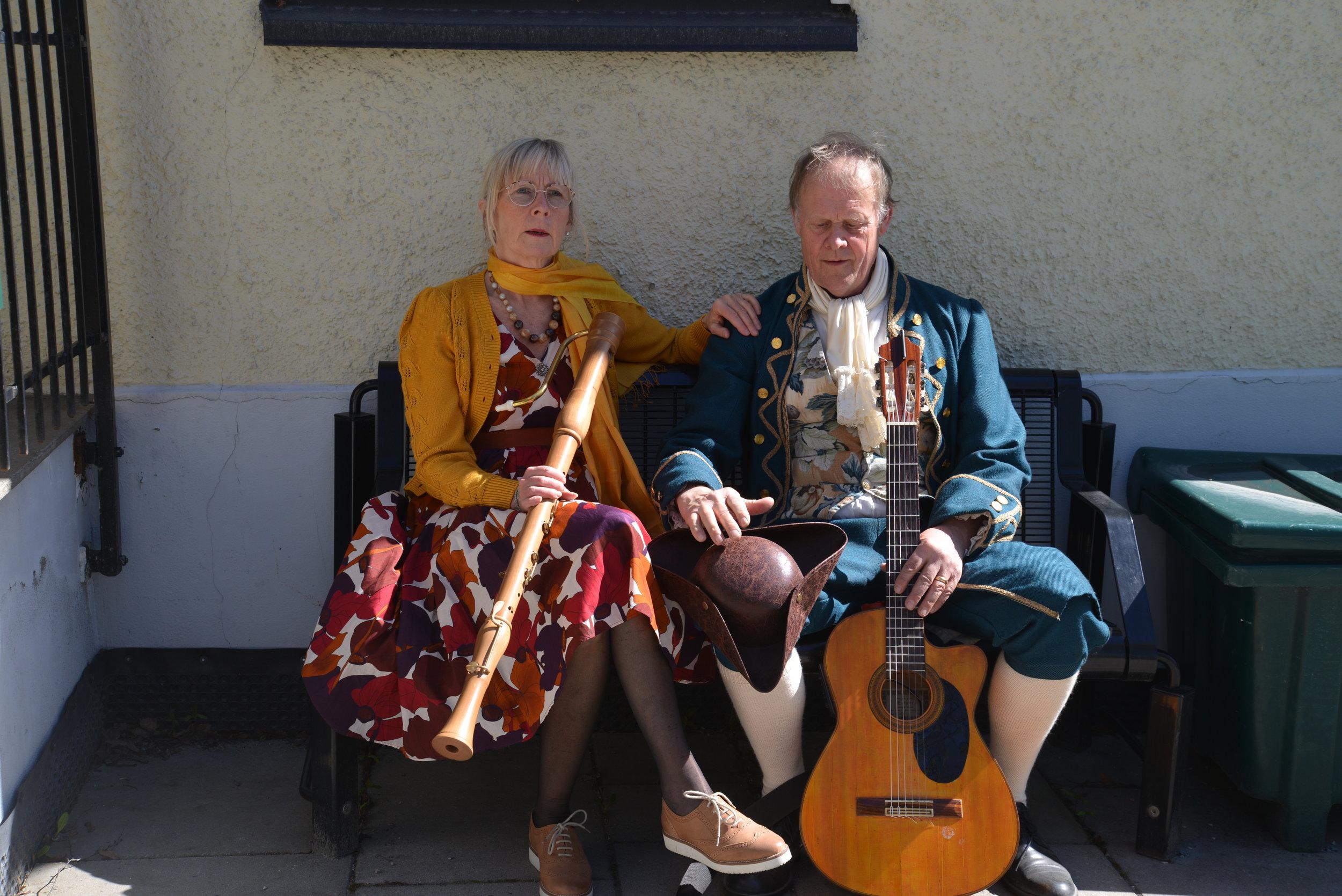 En liten pause i solveggen mellom to spillejobber for den kulturelle spaserstokken – Marianne Kostøl og Bernt Törnblom. Foto: Anette Gilje.