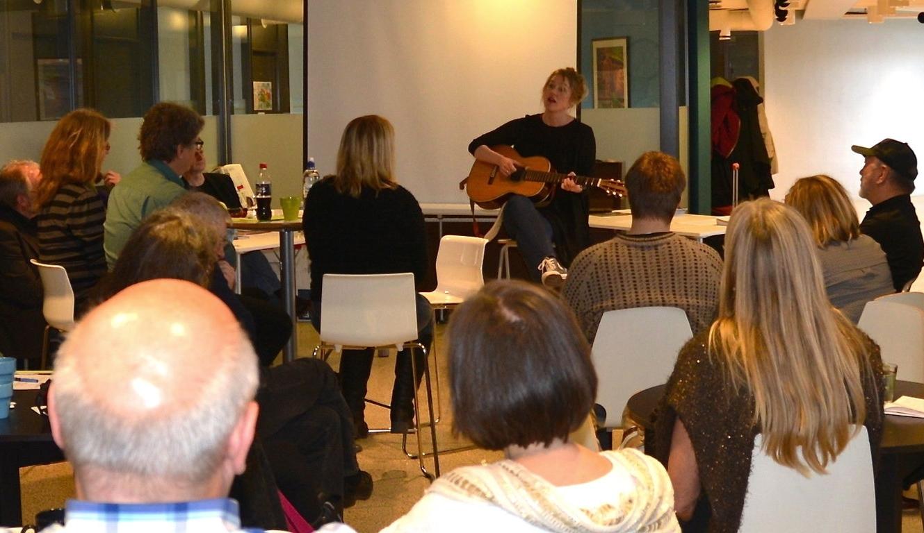 Ellen Sofie Hovland innleder landsmøtet i Norsk Viseforum i 2016. Foto: Anette Gilje.