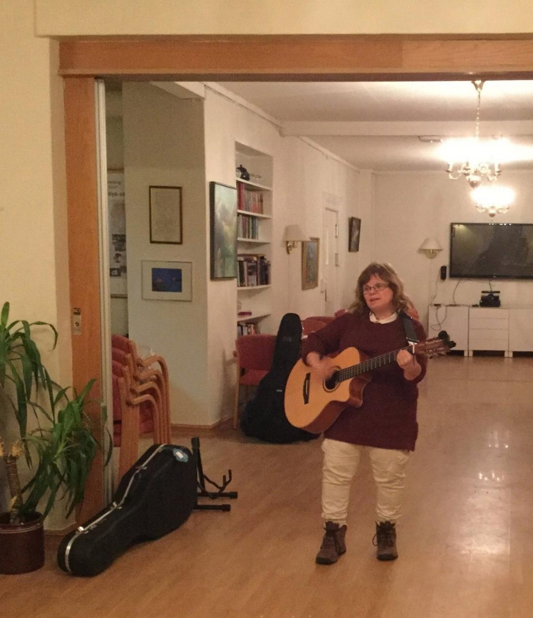 Anne-Sofie Halstvedt spiller konsert på Villa Fredrikkes aktivitetshus for tidlig demente. Foto: Anette Gilje.