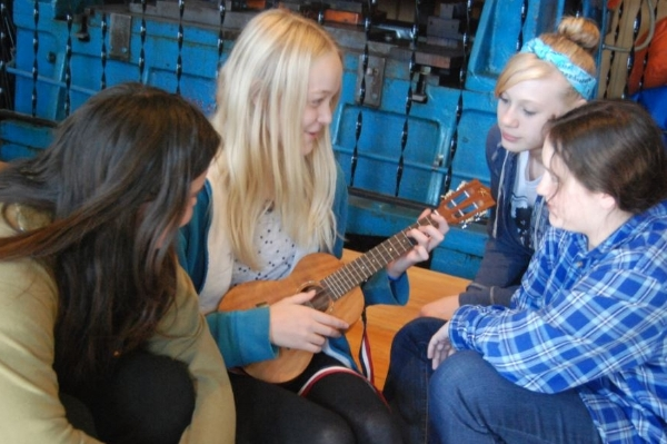 girls-ukelele-2.jpg