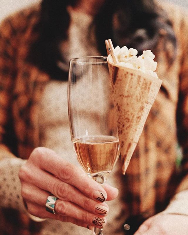 Cheers to Friday Jr.! 🥂+🍿 . . . At Sunday Gravy ( a five-course Vegan Italian dinner party) we toasted with truffle popcorn and a side of rose! . . . Got some fresh dinner party ideas? We would love to hear from you 💌 Drop a comment below 👇  #namastenourish #plantbaseddinners #dinnerpartyideas