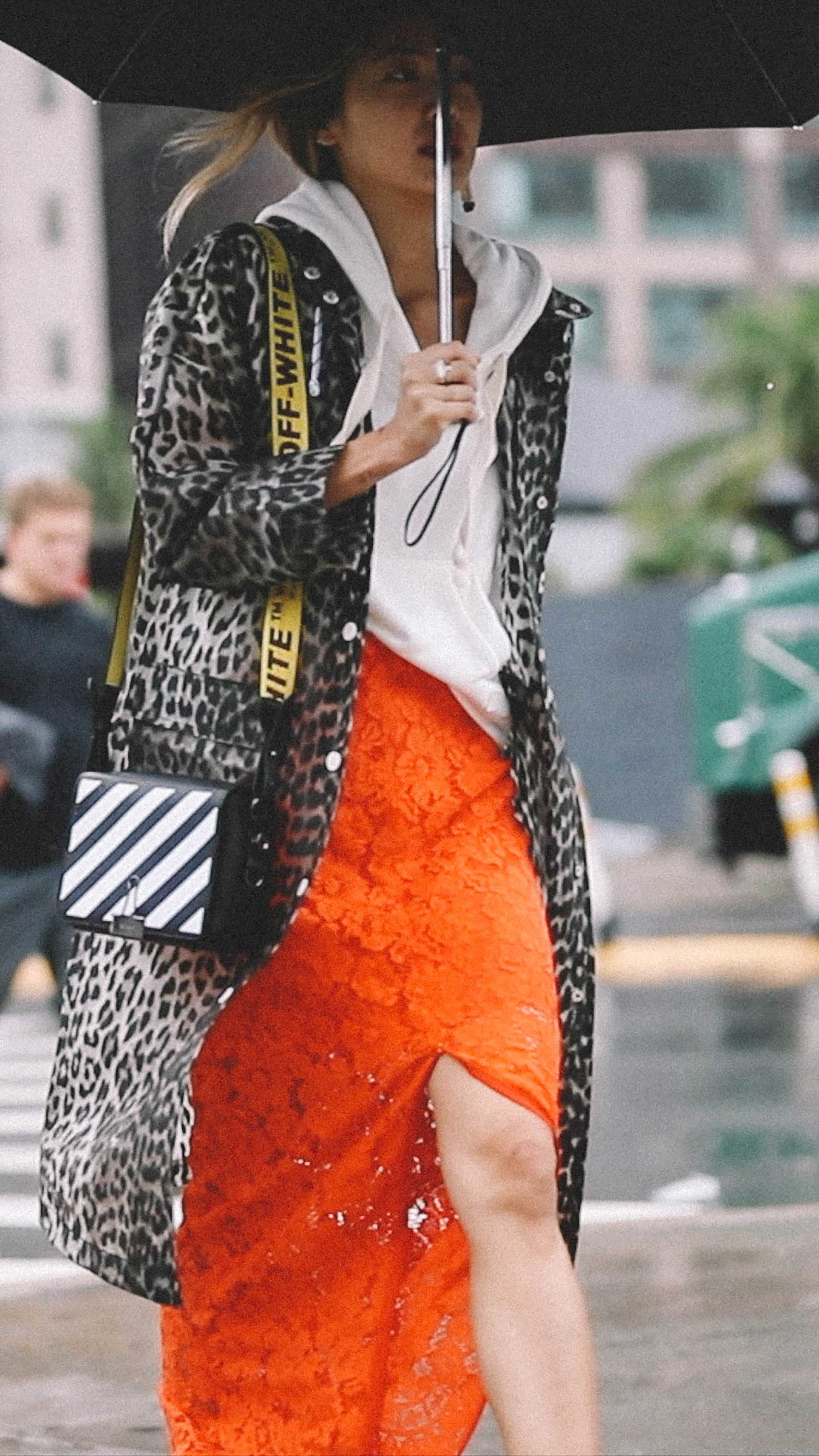 10 Easy Ways to Pull Off Animal Print, leopard trench coat and off white handbag, Street Style.jpg