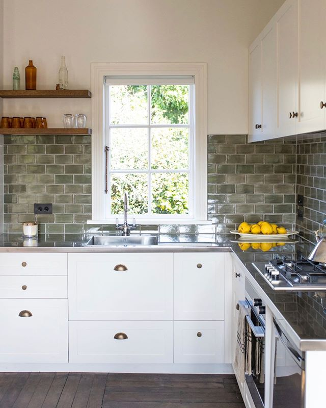 How good is this tiny country cottage kitchen reno we worked on with one of our favourite clients! 👌🏼