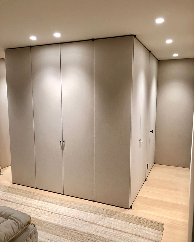 Dressing appartement Knokke-Heist #craftmanship #interior #promanys #huyghedecoratie #cosy #worksdonebypromanys #totalrenovation