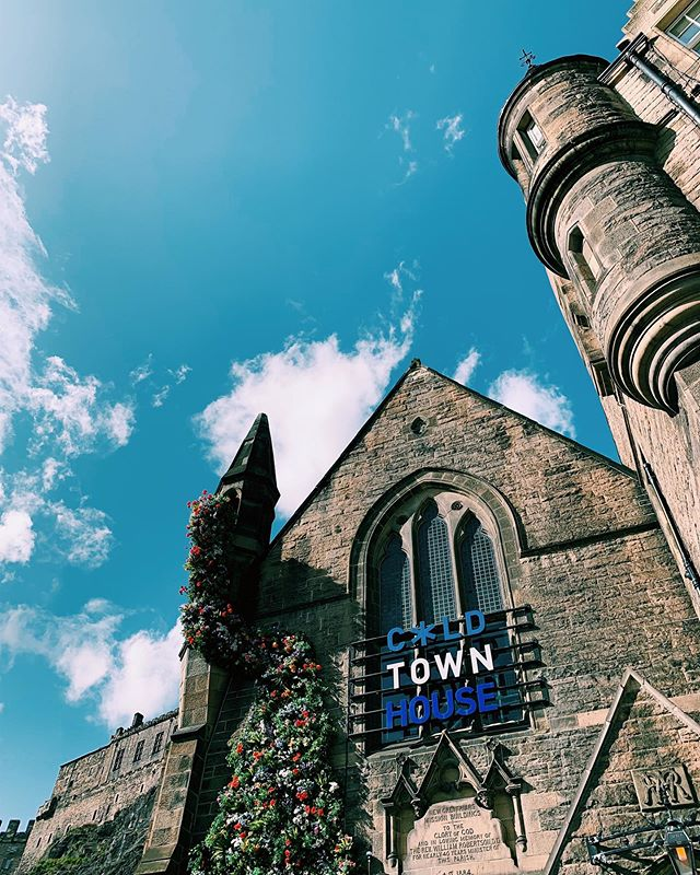 Sat right at the foot of the Grassmarket in the shadow of the Castle, @coldtownhouse is definitely a new favourite of ours. Have you been up to their rooftop terrace yet? #ColdTownHouse #FlavaFave
