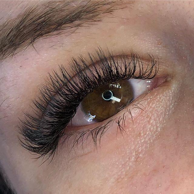 Many many natural lashes will give a fuller look 😻 • • • • #lashes #lashextensions #lashbar #dartmouthlashes #dartmouthlashes #halifaxlashes #lashlove #volumelashes