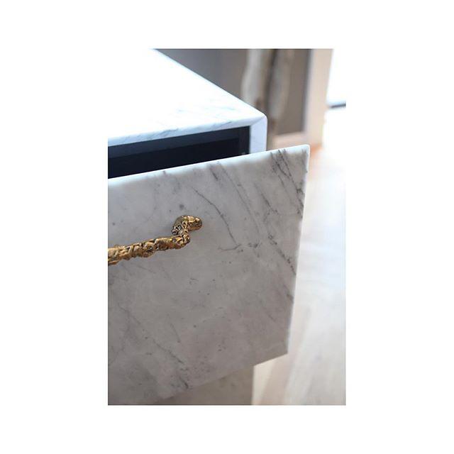 Bones handles in bronze. #interiordesign #danishdesign #bronze #interior #handle #kitchen #kitchendesign #kitcheninspo #thanatosandmors #marble