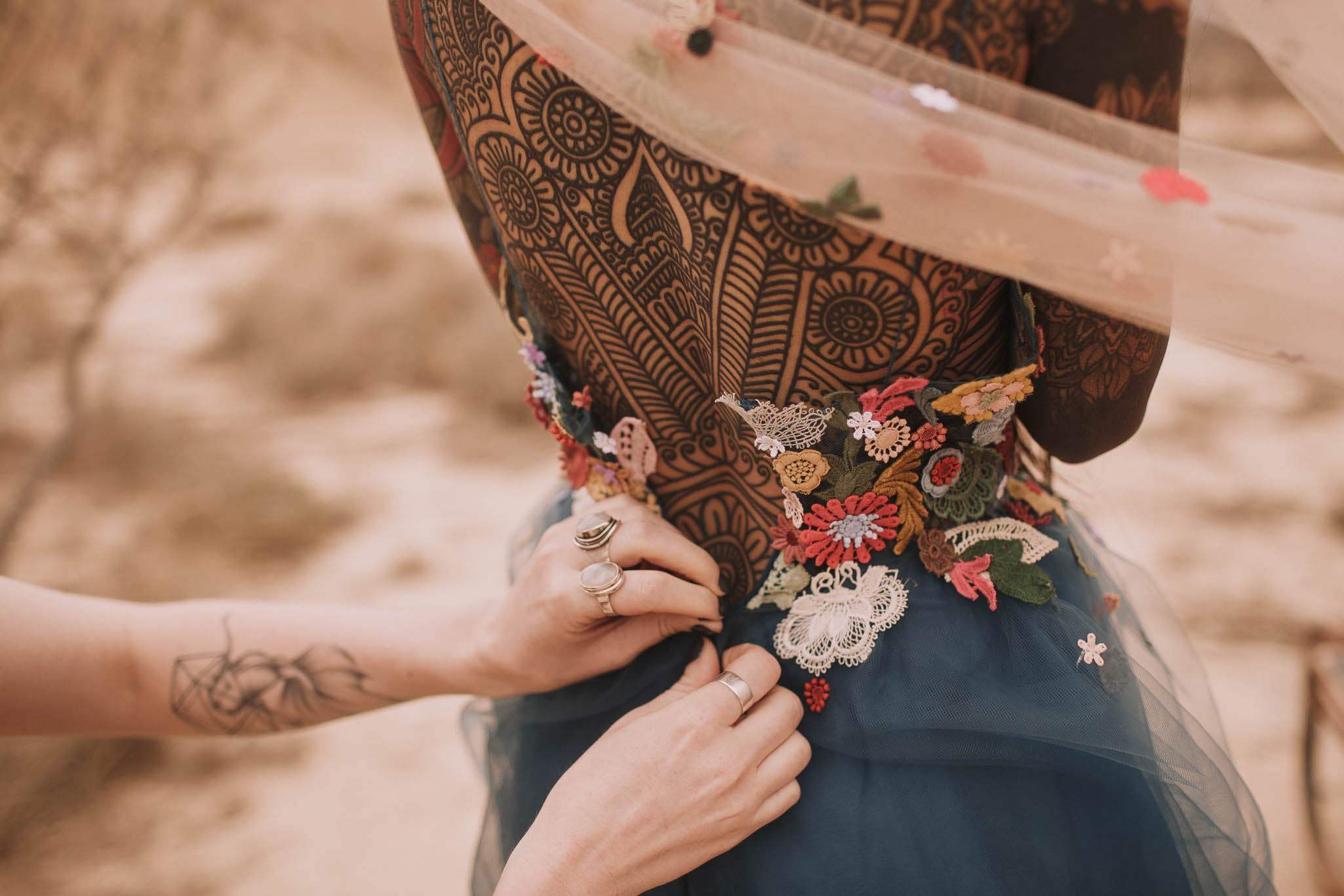 Spain-wedding-photographer-bardenas-reales-jeremy-boyer-photographe-mariage-bordeaux-floral-wedding-dress-robe-60.jpg
