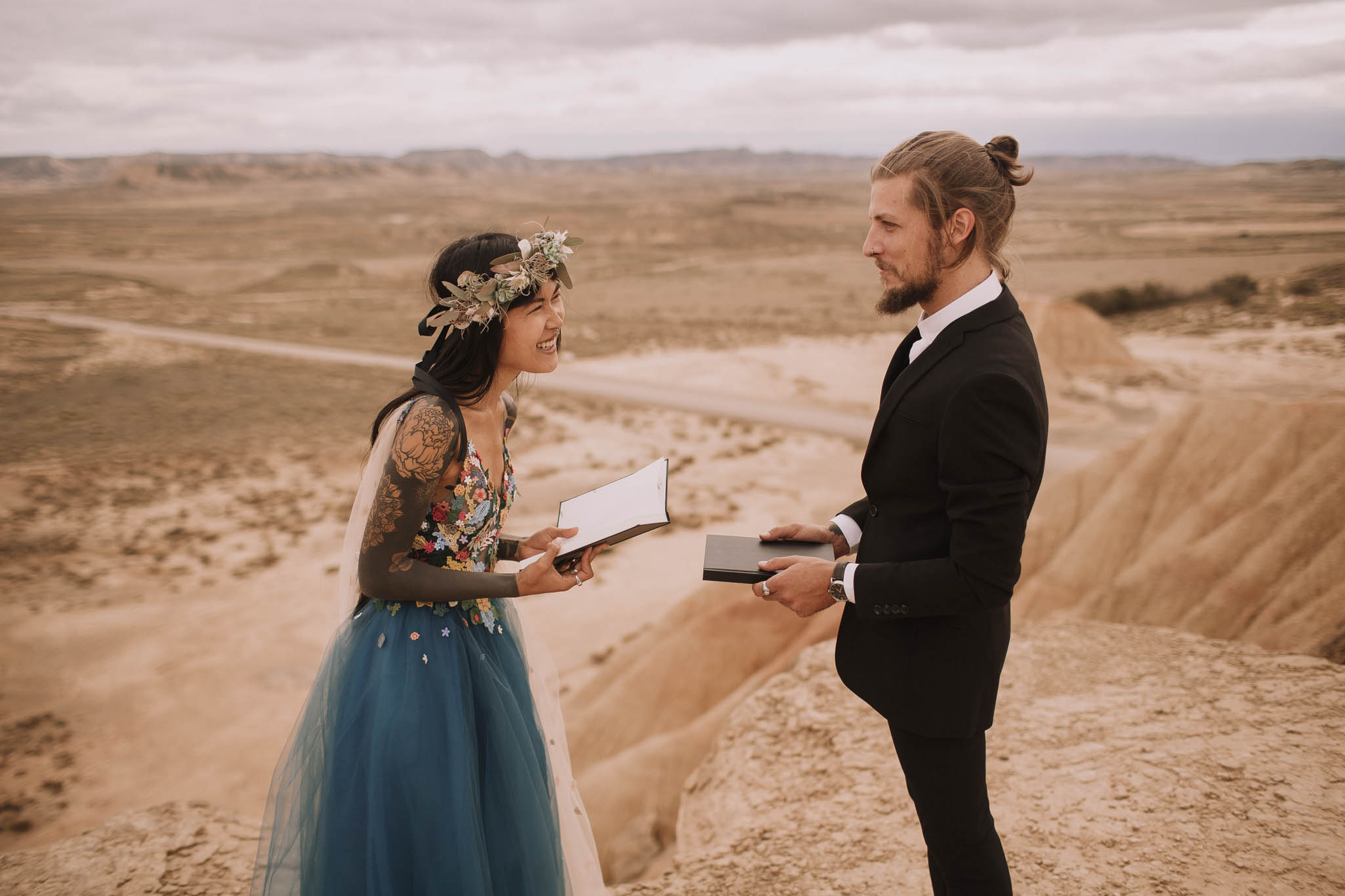 Spain-wedding-photographer-bardenas-reales-jeremy-boyer-photographe-mariage-bordeaux-floral-wedding-dress-robe-92.jpg