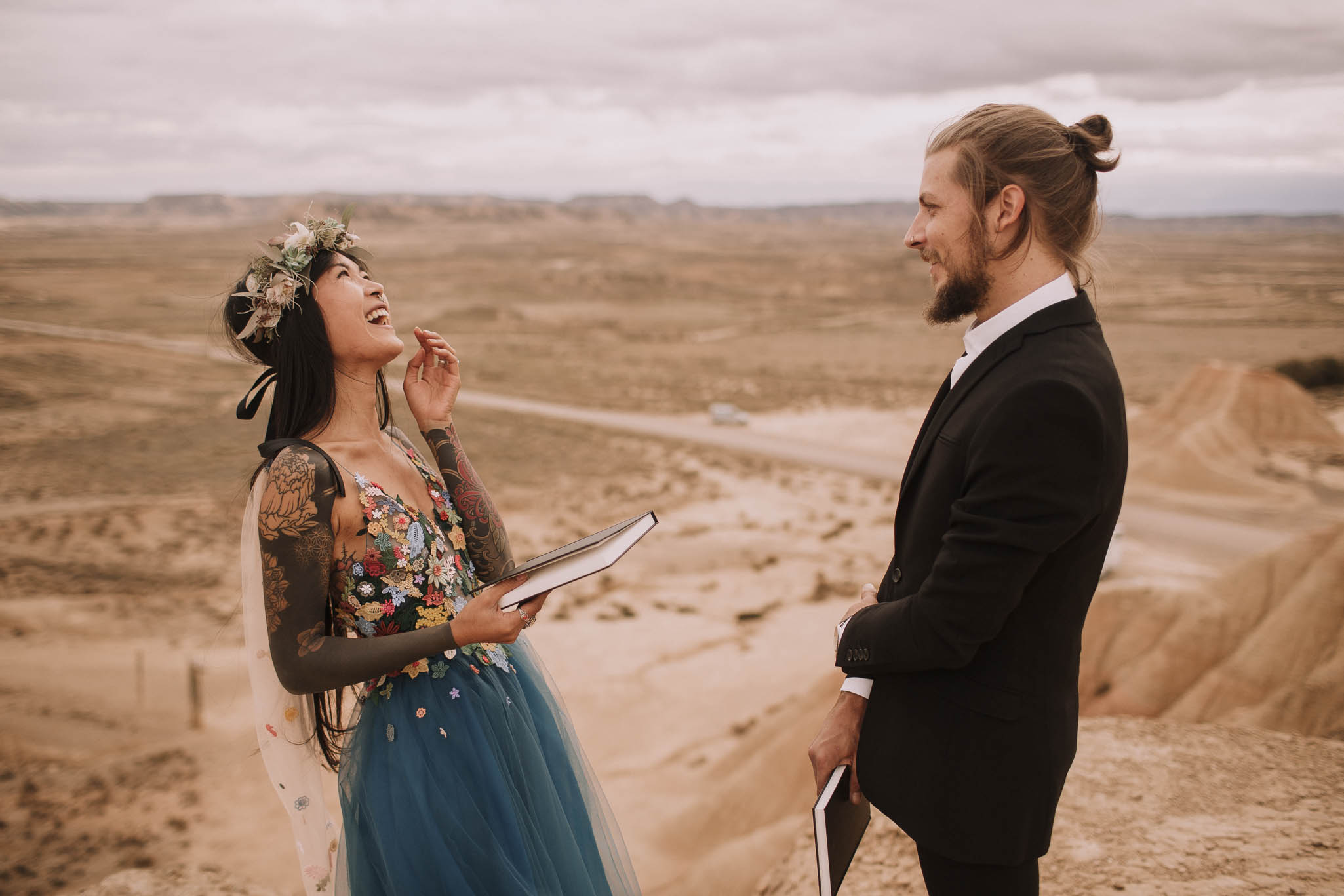 Spain-wedding-photographer-bardenas-reales-jeremy-boyer-photographe-mariage-bordeaux-floral-wedding-dress-robe-96.jpg