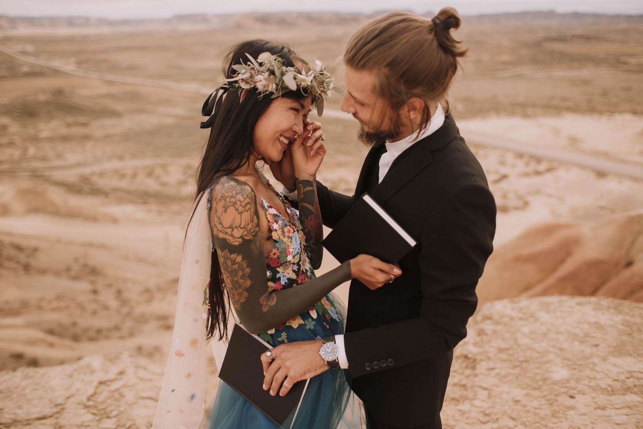 Spain-wedding-photographer-bardenas-reales-jeremy-boyer-photographe-mariage-bordeaux-floral-wedding-dress-robe-101.jpg