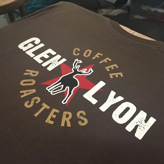 Print 4 lliw ar grys-t organig i gwni coffi Glen Lyon.  Re-prints for  @glenlyoncoffee  4 colour water-based print, hand screen-printed on organic earth positive t-shirts using @permaset_aqua