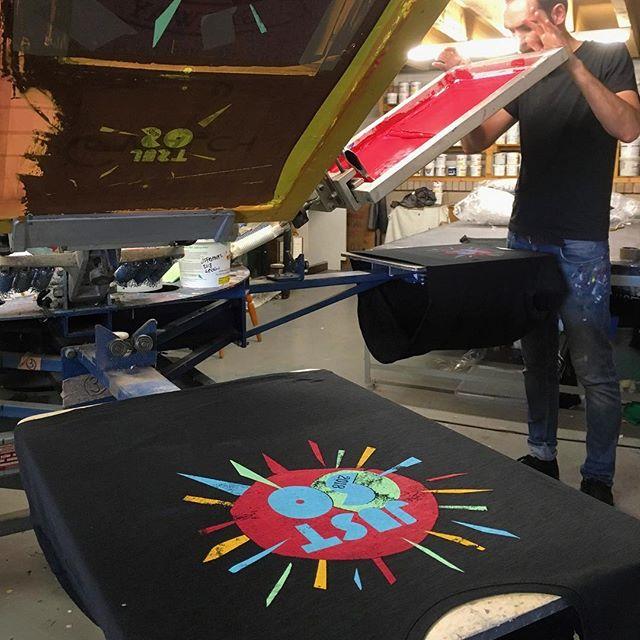 Organic cotton tshirts for the @justsofestival// Crysau-t cotwm organig hefo print pedwar lliw i 'just so festival'
