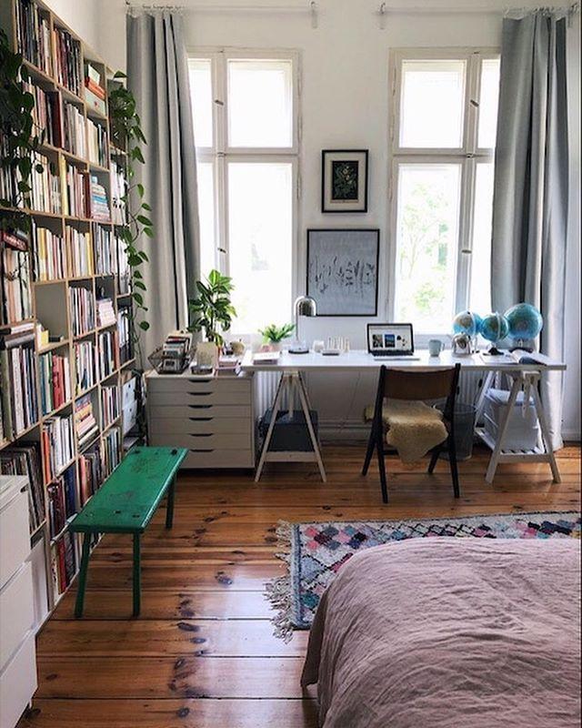 Als wir vor zwei Jahren hier eingezogen sind, hat mich dieses Zimmer ein bisschen ratlos gemacht. Da ich von zu Hause aus arbeite, brauche ich ein Home-Office. Ein Schlafzimmer muss aber natürlich auch sein. Am Ende ist es einfach beides geworden. Wenn die Küche nicht hinhört, nenne ich es sogar mein Lieblingszimmer. (Auf Slomo gerade mehr dazu, Link im Profil). Kommt gut ins Wochenende! ☀️(Werbung, weil Marken erkennbar, alles selbst gekauft). #myhome #interior2you #interiordesign #interiorinspiration #bedroom #homeoffice #interiormilk #solebich #mybdrm #schlafzimmer #germaninteriorbloggers #littlestoriesofmylife #myinterior #pocketsofmyhome