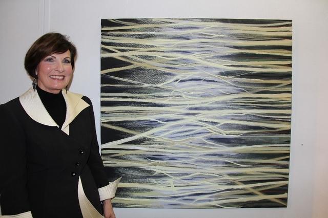 Gisèle Gilgien vor ihrem Bild «Firewall». Bild: Margrit Kunz  Kunst zur Digitalisierung  Thun«Vernetzungen» heisst die neue Ausstellung in der Galerie Rosengarten in Thun. Die Künstlerin Gisèle Gilgien meint damit insbesondere diejenigen in der digitalen Welt.  >>> Lesen Sie den Artikel hier <<<