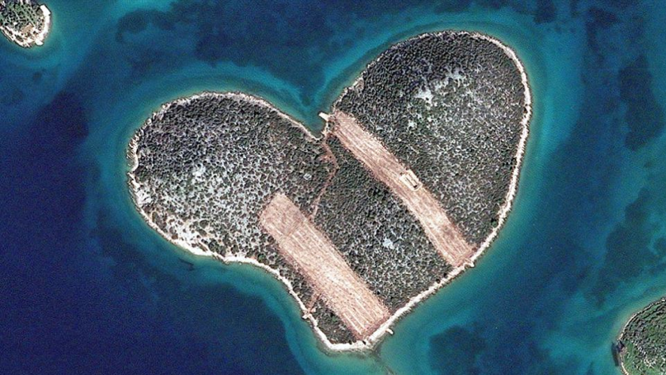 http://www.dailymail.co.uk/news/article-2523148/Perfect-holiday-destination-broken-hearted-The-Island-Love-looks-like-sticking-plasters-trees-bulldozed.html