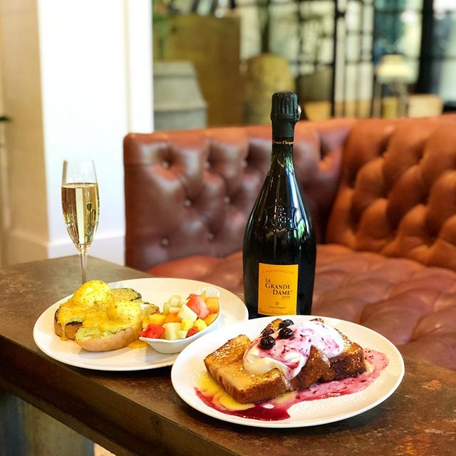 Brunch Please! Join us Saturday's and Sunday's from 10am - 4 pm for brunch, where mimosas are flowing and Veuve Clicquot La Grande Dame is half off! • • • #veuveclicquot #bestbrunchintown #sixtyvinesuptown #mimosabar