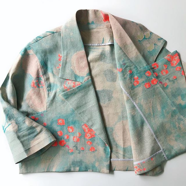 Have you entered the Giveaway yet? Today is the last day!  You could win ALL of the Ensemble patterns- including the #SurtoutCoat releasing in Monday + all of the Petit a Petit Patterns + 40$ @imaginegnats + 1hr of mentoring with me [can't wait to hang out 😃). Check out two posts back for all the details. 📸: The cropped Surtout Coat in a Nani iRo linen with bias bound seams, perfect for summer (whenever that decides to show up). #sewensemble #sewing #sewersofinstagram #sewersgonnasew #sewingpattern #sewingpatterns #sewingproject #sewinglovers #naniiro#japanesefabric#sewingcommunity #handmadeclothing #sewyourown #handmadewardrobe #sew #patterngiveaway