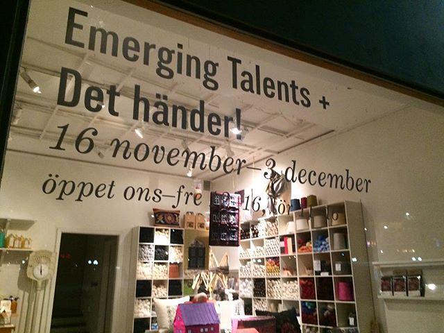 Nästa anhalt för jackorna är Handarbetets Vänner i Stockholm.  Min klass gästar och vi ställer ut våra alster i stora galleriet.  Imorgon har vi vernissage mellan 16:00 och 18:00.  Utställningen  Det händer! pågår mellan 16 november och 3 december. Mittemot Skansen finns vi.  Välkomna!