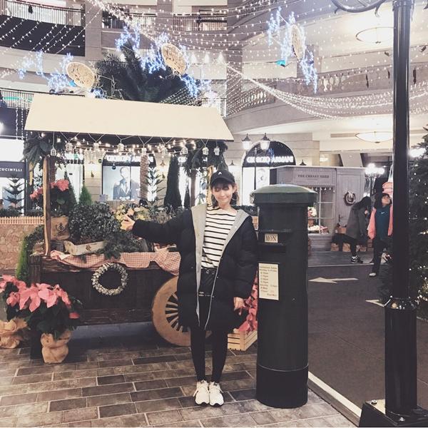 今年BELLAVITA的聖誕節主題 「聖誕城事倫敦舊時光」 將19世紀的倫敦街頭呈現在百貨中庭 倫敦舊時代電車、紅色電話亭、花店與蔬果店 有著年代氣息的復古書店和英式午茶的咖啡廳 倫敦街頭時常遇見的英式衣帽店也能在這裡看見 每個小佈景都像是電影裡的場景呈現在眼前