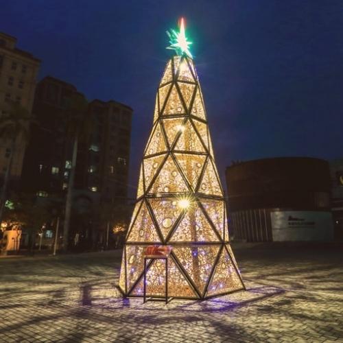 佇立在台南台灣文學館前的  是一棵高達15公尺的光雕聖誕樹  取名為有溫度的聖誕樹  樹的本身是一個音樂盒播放著聖誕歌曲  融合了燈光技術一起傳遞溫暖的聖誕氣氛  pic/台南市政府觀光局