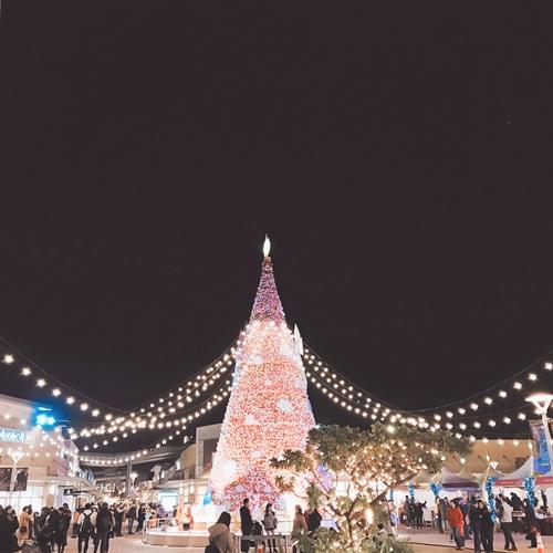 到桃園華泰名品城感受飄著雪的白色聖誕節  從15:00-19:00每個整點飄著10分鐘的雪花  讓北國聖誕節的夢幻雪景聖誕村呈現在眼前