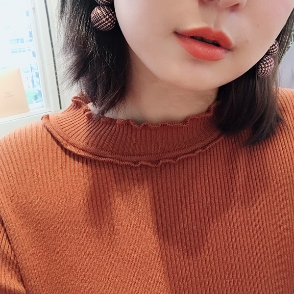 舒適柔軟捲邊小高領針織衫 +  NO,065韓國層次感千鳥格紋夾式耳環