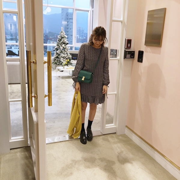 浪漫碎花拋袖荷葉下擺洋裝  +  甜氛質感坑條針織外套  +  韓國自在舒適感中筒襪(3入)