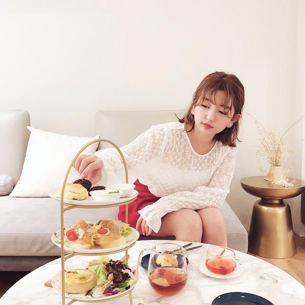 透肌感蕾絲壓褶上衣 + 設計感特殊壓褶褲裙 + NO,085韓國浪漫立體花朵金邊點墜夾式耳環