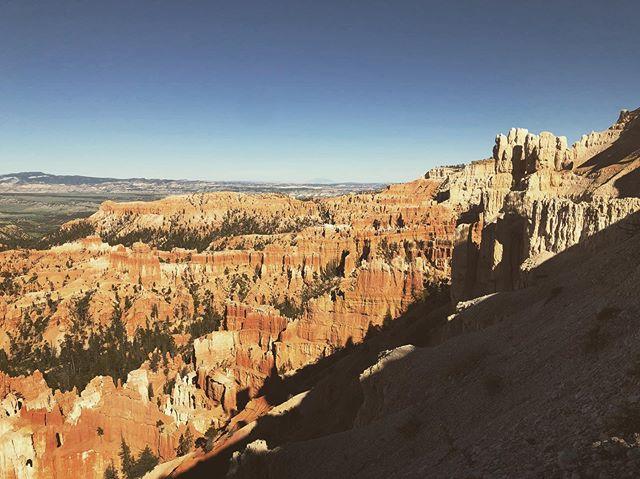 Inspiration Point 📍Bryce Canyon . . #instatravel #agameoftones #landscapephotography #instaoftheday #photooftheday #getlost #explorer #optoutside #worldshotz #theworldshotz #createexplore #exploretocreate #discoverearth #travelphoto #travelworld #keepexploring #igtravel #travelblog #landscapelover #ig_masterpiece #rvlife #roadtrip #utah #brycecanyon