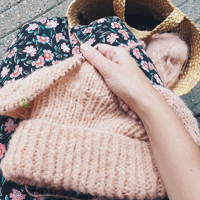 Forbereder høstgarderoben🙈 Denne helgen la jeg opp til en en sånn stor og god høyhalser👌 Sitte på cafe og strikke er en perfekt søndag spør du meg☕👍 #garnspons#patentstrikk#enkelstrikk#strikk#strikking#sticka#strikke#strikkeinspo#strikkeoppskrift#taffystrikk#egostrikk#knit#knitting#cardigan#knitwear#knittinginspo#knittersofinstagram#knittingisthenewyoga#knittersofinstagram#knitters#knitweardesign#knitspiration#nevernotknitting#strik#egostrik