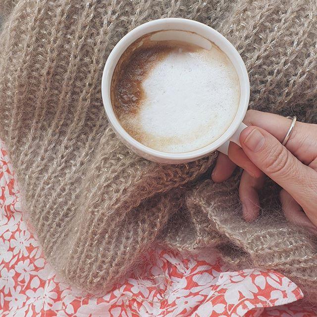 I går var det så deilig å sitte ute med kaffe og forsøke å få ferdig patententgenseren min med gulltråd😃 Bole og ermer er samlet på en pinne, så da gjenstår jo egentlig bare sjarmøretappen😆⠀⠀⠀⠀⠀⠀⠀⠀⠀ ・⠀⠀⠀⠀⠀⠀⠀⠀⠀ ・#garnspons#tilia#enkelstrikk#strikk#strikking#sticka#strikke#strikkeinspo#strikkeoppskrift#taffystrikk#egostrikk#knit#knitting#cardigan#knitwear#knittinginspo#knittersofinstagram#knittingisthenewyoga#knittersofinstagram#knitters#knitweardesign#knitspiration#nevernotknitting#strik#egostrik