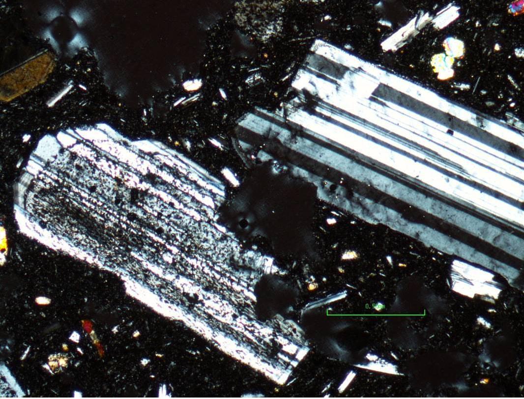 Dato curioso - Las plagioclasas son aprovechadas en mineralogía para identificar y clasificar las rocas ígneas.