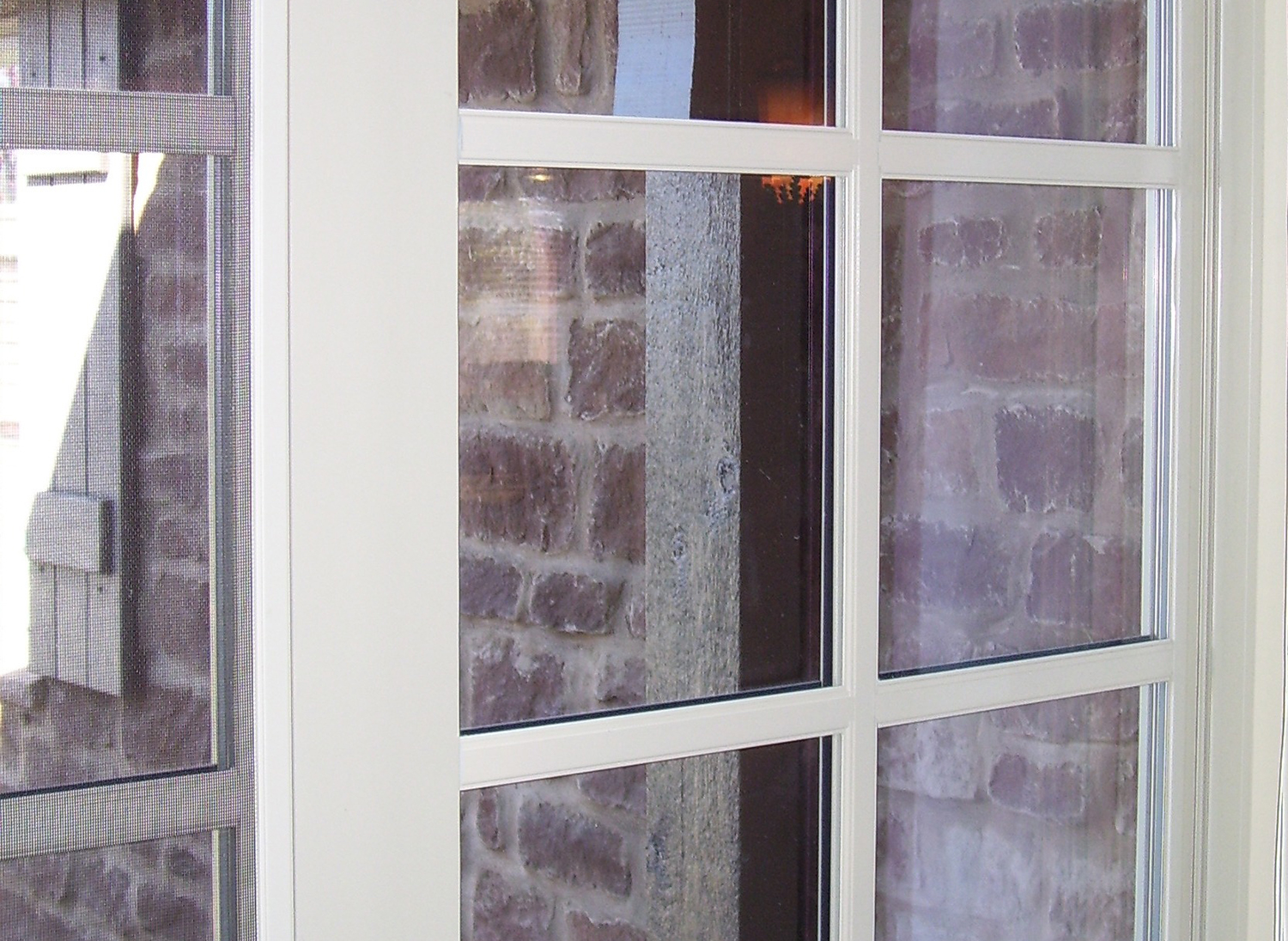Simulated Divided Lites are permanently applied to both sides of the window.