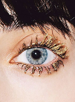 Glitter everywhere this season! ... Yes! Even on eyelashes!Just don't overdo it. Make only one statement! -