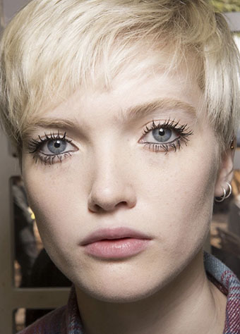 Twiggy's clumpy lashes are back in style just for this season.Don't miss it! Make sure to keep your eyelids clean from mascara. -