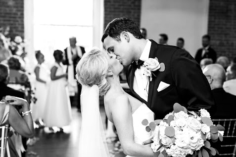 Greensboro_nc_wedding_photographer_Jodi_gray_colonnade-132.jpg