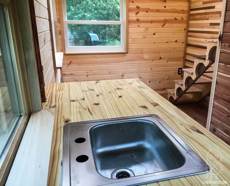 Cozy Rosie - Kitchen and Lounge